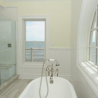Idéer för ett mellanstort maritimt brun en-suite badrum, med luckor med upphöjd panel, bruna skåp, ett fristående badkar, en hörndusch, en toalettstol med hel cisternkåpa, vit kakel, keramikplattor, gula väggar, klinkergolv i porslin, ett undermonterad handfat, granitbänkskiva, grått golv och dusch med gångjärnsdörr