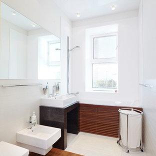 Источник вдохновения для домашнего уюта: главная ванная комната в современном стиле с раковиной с пьедесталом, ванной в нише, душем над ванной, биде, белыми стенами и паркетным полом среднего тона