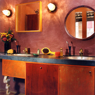 Diseño de cuarto de baño principal, ecléctico, pequeño, con lavabo encastrado, armarios con paneles lisos, encimera de cemento, ducha abierta, sanitario de una pieza, baldosas y/o azulejos rojos, suelo de baldosas de terracota y paredes rojas