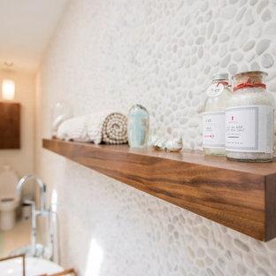 Inspiration för mellanstora klassiska gult en-suite badrum, med släta luckor, skåp i mellenmörkt trä, ett fristående badkar, våtrum, en toalettstol med separat cisternkåpa, vit kakel, kakel i småsten, vita väggar, ett integrerad handfat, bänkskiva i kvarts och dusch med gångjärnsdörr