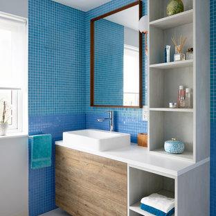 Ejemplo de cuarto de baño infantil, clásico renovado, con armarios abiertos, puertas de armario grises, baldosas y/o azulejos azules, paredes blancas, lavabo sobreencimera, suelo blanco y encimeras blancas