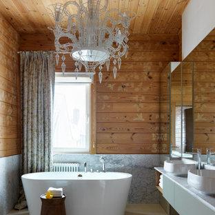 Пример оригинального дизайна: ванная комната в стиле рустика с плоскими фасадами, серыми фасадами, отдельно стоящей ванной, коричневыми стенами, настольной раковиной, бежевым полом, серой столешницей, тумбой под две раковины, подвесной тумбой, деревянным потолком и деревянными стенами