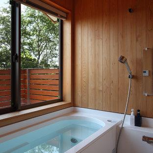 Ejemplo de cuarto de baño asiático con bañera esquinera, ducha abierta, paredes marrones, suelo blanco y ducha abierta