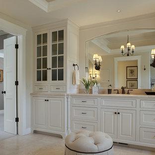 Immagine di una stanza da bagno classica con ante con bugna sagomata, ante bianche e piastrelle beige