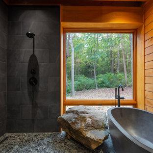 Bild på ett stort rustikt en-suite badrum, med ett fristående badkar, våtrum, grå kakel, skifferkakel, klinkergolv i småsten, grått golv och med dusch som är öppen
