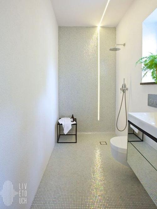 Salle de bain industrielle avec un plan de toilette en - Salle de bain avec toilette ...