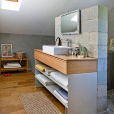 Eclectic Bathroom by Dana Gordon + Roy Gordon: Architecture Studio