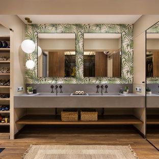 Idee per una stanza da bagno minimal con pareti multicolore, pavimento in legno massello medio, lavabo integrato, pavimento marrone, top grigio e mobile bagno sospeso