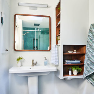 Imagen de cuarto de baño principal, contemporáneo, pequeño, con armarios abiertos, ducha empotrada, baldosas y/o azulejos verdes, baldosas y/o azulejos de porcelana, paredes blancas, suelo de baldosas de porcelana, lavabo con pedestal, ducha con puerta corredera, puertas de armario blancas y suelo gris