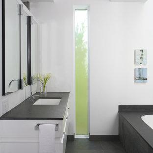 Foto di una stanza da bagno padronale classica di medie dimensioni con ante lisce, ante bianche, vasca sottopiano, piastrelle nere, top in saponaria, pareti bianche, pavimento con piastrelle in ceramica, doccia aperta, pavimento grigio, doccia aperta e top grigio