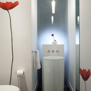 Ispirazione per una piccola stanza da bagno tradizionale con lavabo a colonna, WC sospeso, pareti bianche e parquet scuro