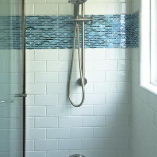 Ejemplo de cuarto de baño moderno, pequeño, con suelo de baldosas de porcelana, lavabo con pedestal, bañera empotrada, combinación de ducha y bañera, baldosas y/o azulejos azules, baldosas y/o azulejos blancos, baldosas y/o azulejos de cemento y paredes grises