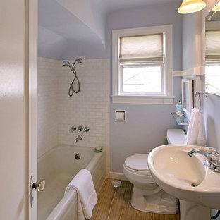 Kleines Modernes Kinderbad mit Eckbadewanne, Eckdusche, Toilette mit Aufsatzspülkasten, weißen Fliesen, Metrofliesen, lila Wandfarbe, Porzellan-Bodenfliesen und Sockelwaschbecken in Seattle