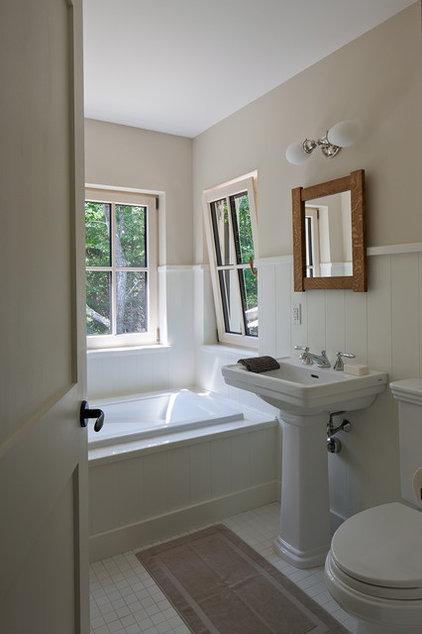 Traditional Bathroom by GO LOGIC