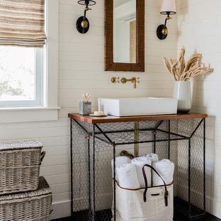 Mittelgroßes Maritimes Duschbad mit weißer Wandfarbe, Aufsatzwaschbecken, Waschtisch aus Holz, schwarzem Boden, offenen Schränken, Porzellan-Bodenfliesen und brauner Waschtischplatte in Boston