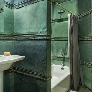 Пример оригинального дизайна интерьера: маленькая детская ванная комната в современном стиле с ванной в нише, душем над ванной, унитазом-моноблоком, зеленой плиткой, металлической плиткой, зелеными стенами, бетонным полом, раковиной с пьедесталом, серым полом и шторкой для душа