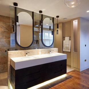 Esempio di una stanza da bagno padronale con ante marroni, zona vasca/doccia separata, piastrelle in pietra, pavimento in gres porcellanato, lavabo sottopiano, top in laminato, pavimento beige, doccia aperta e top bianco
