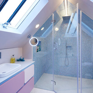 Idee per una stanza da bagno padronale con ante viola, doccia aperta, piastrelle blu, piastrelle a mosaico, pareti rosa, pavimento in gres porcellanato, lavabo sottopiano, top in laminato, pavimento grigio, porta doccia a battente e top bianco