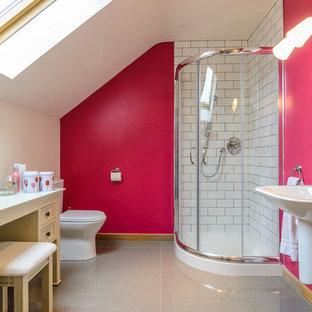 Klassisches Badezimmer En Suite mit Wandwaschbecken, verzierten Schränken, gelben Schränken, Eckdusche, Toilette mit Aufsatzspülkasten, weißen Fliesen, Metrofliesen und rosa Wandfarbe in Belfast