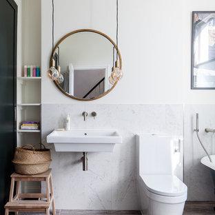 Idéer för vintage badrum med dusch, med ett badkar med tassar, en dusch/badkar-kombination, en toalettstol med hel cisternkåpa, vit kakel, marmorkakel, vita väggar, ett väggmonterat handfat och brunt golv
