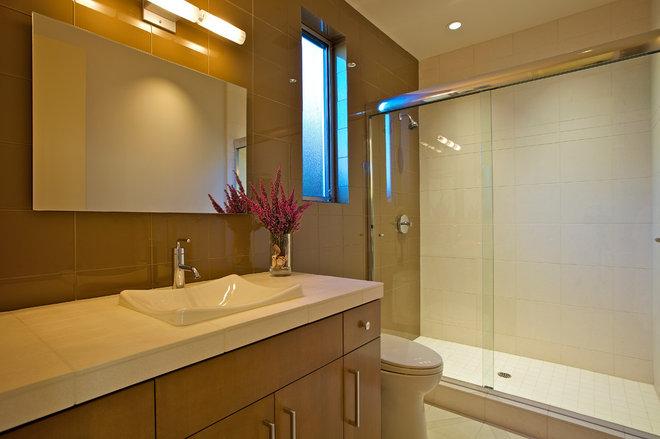 Contemporary Bathroom by Charco DESIGN & BUILD Inc.
