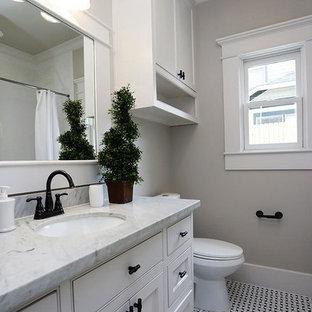 Ispirazione per una stanza da bagno stile americano di medie dimensioni con lavabo sottopiano, ante in stile shaker, ante bianche, top in marmo, vasca ad alcova, vasca/doccia, WC monopezzo, piastrelle bianche, piastrelle a mosaico, pareti grigie e pavimento con piastrelle a mosaico