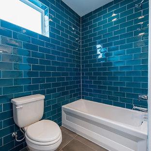 Ejemplo de cuarto de baño infantil, campestre, con armarios estilo shaker, puertas de armario grises, bañera empotrada, combinación de ducha y bañera, sanitario de dos piezas, baldosas y/o azulejos azules, paredes azules, lavabo bajoencimera, encimera de cuarcita, suelo gris, ducha con cortina y encimeras blancas