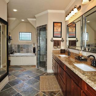 Cette image montre une salle de bain traditionnelle avec un plan de toilette en granite et du carrelage en ardoise.