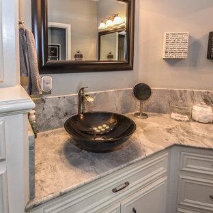 Esempio di un'ampia stanza da bagno padronale design con ante con riquadro incassato, ante bianche, doccia aperta, pareti grigie, pavimento in marmo, lavabo a bacinella e top in marmo