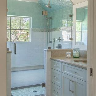 Неиссякаемый источник вдохновения для домашнего уюта: маленькая ванная комната в современном стиле с фасадами с утопленной филенкой, белыми фасадами, душем в нише, белыми стенами, полом из ламината, душевой кабиной, врезной раковиной, столешницей из искусственного кварца, коричневым полом, душем с распашными дверями и бежевой столешницей