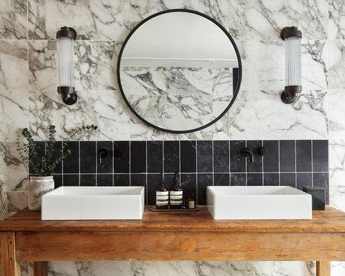 Stanza da bagno con ante con finitura invecchiata e piastrelle