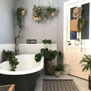 Diseño de cuarto de baño contemporáneo, de tamaño medio, con baldosas y/o azulejos blancos, baldosas y/o azulejos de cemento, paredes grises, suelo blanco y bañera con patas