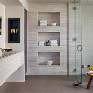 Пример оригинального дизайна: маленькая главная ванная комната в современном стиле с душевой комнатой, полом из керамической плитки, раковиной с несколькими смесителями, серым полом, душем с распашными дверями, плиткой из известняка и столешницей из известняка
