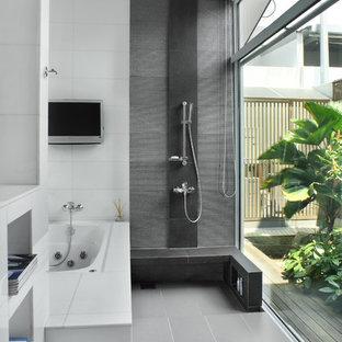 Bild på ett mellanstort funkis en-suite badrum, med ett undermonterad handfat, en jacuzzi, en öppen dusch, vit kakel, porslinskakel, vita väggar, klinkergolv i porslin och med dusch som är öppen