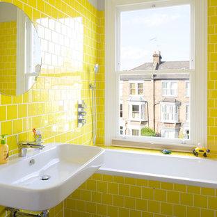 Ejemplo de cuarto de baño principal, clásico renovado, pequeño, con bañera encastrada, combinación de ducha y bañera, baldosas y/o azulejos amarillos, lavabo suspendido, baldosas y/o azulejos de cemento y ducha abierta
