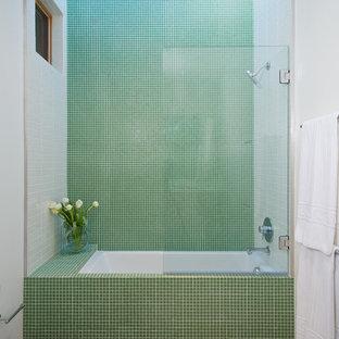 Idée de décoration pour une salle de bain minimaliste de taille moyenne avec carrelage en mosaïque, un carrelage vert, un combiné douche/baignoire, un mur blanc et un sol en calcaire.
