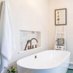 На фото: с высоким бюджетом большие главные ванные комнаты в стиле современная классика с фасадами с выступающей филенкой, серыми фасадами, отдельно стоящей ванной, душем в нише, унитазом-моноблоком, зеленой плиткой, керамической плиткой, белыми стенами, полом из керамической плитки, врезной раковиной, столешницей из искусственного кварца, зеленым полом, душем с распашными дверями и белой столешницей
