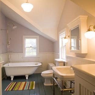 Immagine di una stanza da bagno vittoriana con lavabo a consolle, vasca con piedi a zampa di leone, vasca/doccia e pavimento grigio