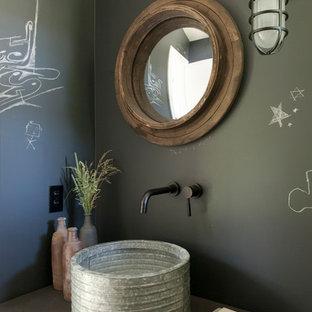 Неиссякаемый источник вдохновения для домашнего уюта: маленькая ванная комната в стиле лофт с открытыми фасадами, черными фасадами, белой плиткой, керамической плиткой, черными стенами, деревянным полом, душевой кабиной, настольной раковиной и столешницей из бетона