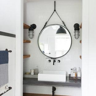 Réalisation d'une petit salle de bain principale design avec un placard sans porte, des portes de placard en bois clair, une baignoire sur pieds, un carrelage blanc, des carreaux de céramique, un mur blanc, un sol en bois peint, une vasque et un plan de toilette en béton.