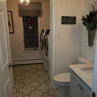 ボストンの中サイズのトランジショナルスタイルのおしゃれなバスルーム (浴槽なし) (シェーカースタイル扉のキャビネット、アルコーブ型シャワー、分離型トイレ、テラコッタタイル、ベージュの壁、セメントタイルの床、アンダーカウンター洗面器、珪岩の洗面台、ベージュの床、開き戸のシャワー、白い洗面カウンター) の写真