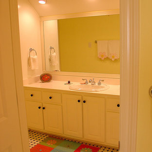 マイアミの中サイズのトラディショナルスタイルのおしゃれな子供用バスルーム (レイズドパネル扉のキャビネット、白いキャビネット、ドロップイン型浴槽、アルコーブ型シャワー、茶色いタイル、セラミックタイル、ベージュの壁、セラミックタイルの床、珪岩の洗面台、ベージュの床、開き戸のシャワー) の写真