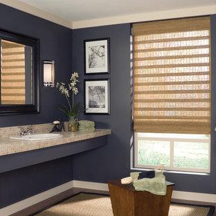 Ejemplo de cuarto de baño con ducha, moderno, de tamaño medio, con baldosas y/o azulejos beige, baldosas y/o azulejos en mosaico, paredes azules, suelo de madera oscura, lavabo encastrado y encimera de azulejos