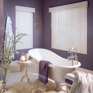 Ispirazione per una stanza da bagno padronale contemporanea di medie dimensioni con vasca con piedi a zampa di leone, pareti viola e pavimento in pietra calcarea