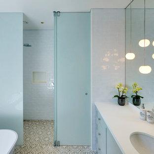 Idee per una stanza da bagno minimalista con piastrelle bianche, piastrelle in ceramica, pavimento con piastrelle in ceramica, lavabo integrato, porta doccia a battente e top bianco