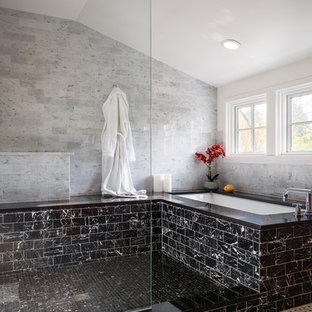 Immagine di una stanza da bagno design con vasca sottopiano, doccia aperta, pavimento con piastrelle a mosaico e doccia aperta