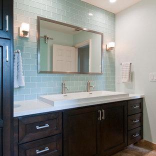 Immagine di una stanza da bagno padronale minimal di medie dimensioni con piastrelle blu, ante in legno bruno, lavabo rettangolare, ante in stile shaker, piastrelle diamantate, pareti grigie, pavimento con piastrelle in ceramica, top in quarzo composito, pavimento marrone e top bianco