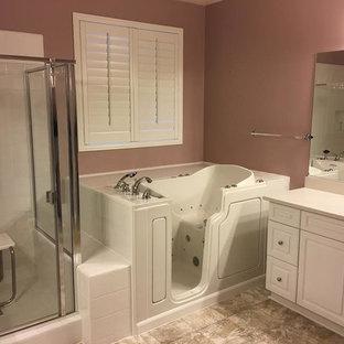 Пример оригинального дизайна: главная ванная комната среднего размера в стиле современная классика с фасадами с выступающей филенкой, белыми фасадами, угловой ванной, угловым душем, белой плиткой, керамогранитной плиткой, коричневыми стенами, полом из керамогранита, врезной раковиной, столешницей из кварцита, коричневым полом и душем с раздвижными дверями