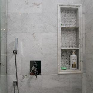 Großes Klassisches Badezimmer En Suite mit Kassettenfronten, grauen Schränken, Toilette mit Aufsatzspülkasten, weißen Fliesen, grauer Wandfarbe, Unterbauwaschbecken, Quarzwerkstein-Waschtisch, grauem Boden, Einbaubadewanne, Eckdusche, Marmorfliesen, Marmorboden und Falttür-Duschabtrennung in Orange County