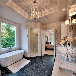 Diseño de cuarto de baño tradicional renovado con ducha con puerta con bisagras